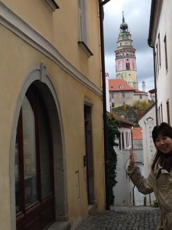 チェスキークロムロフ路地裏で、後ろはお城の塔