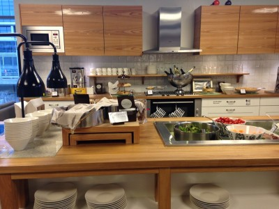 だれでも好きなものを食べてもいい、魔法のキッチン。これが空港ラウンジなんて嬉しい。