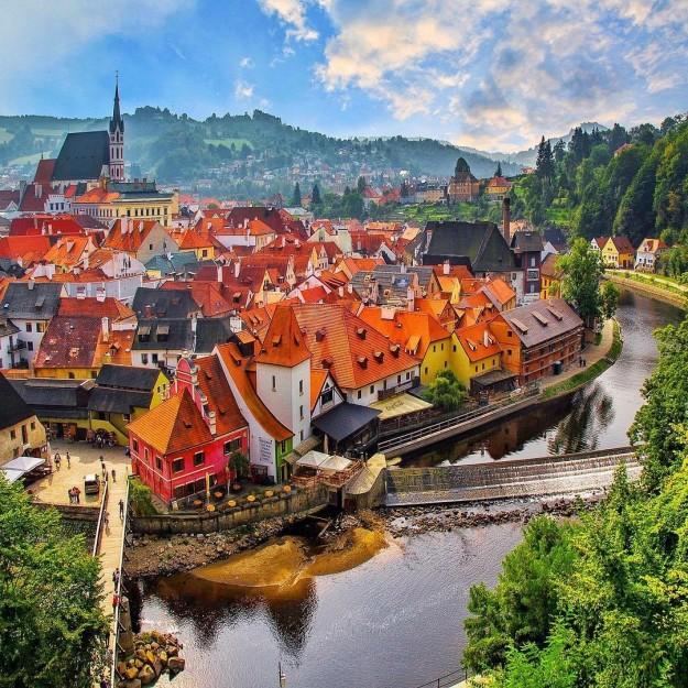 カラフルな街並み。まるでおもちゃの家の街並みのよう。チェスキークロムロフは中世のおとぎの国