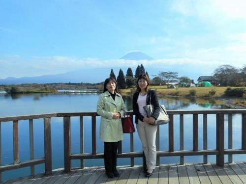 田貫湖の向こうに富士山が。今年は雪が遅かった。