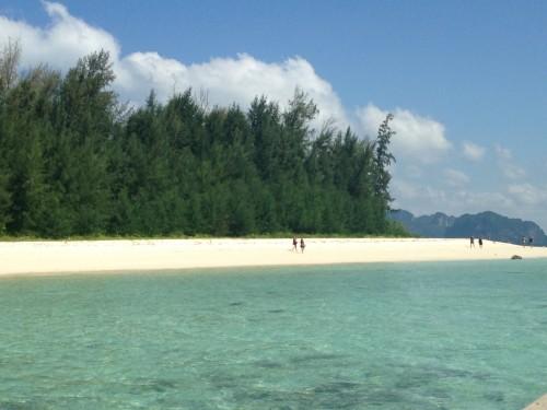 タイのクラビ。アイランドホッピングではこんな白い浜の無人島にも立ち寄る~