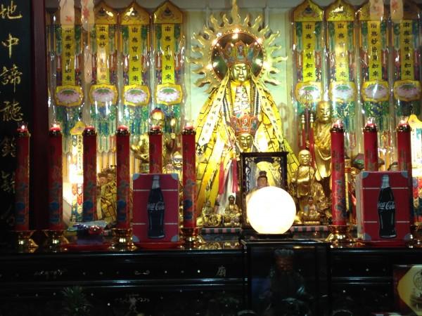 龍山寺。後ろの方には光り輝く神様が。