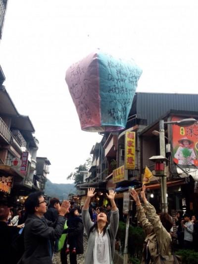 台北からのツアーのおすすめ、十分(シェーフン)での天燈上げで、願いを飛ばそう