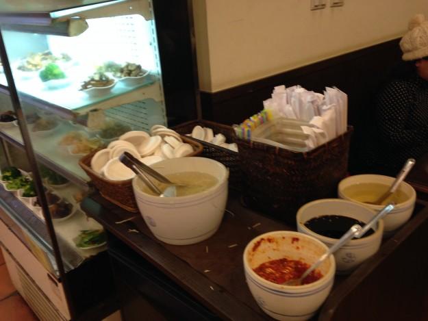 薬味、生姜、小鉢など、自分でどんどん取ってきて、付け合わせて食べる。エネルギッシュな小籠包~!