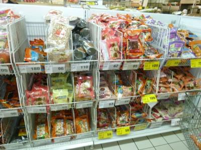 スーパーの中にはこんな棚があって、わりと無造作に薬膳セットがつんである。家庭ではよく食べられているんでしょう。