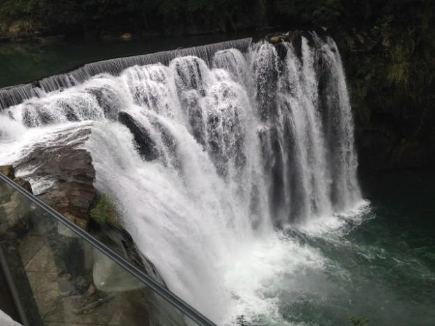 これが十分瀑布。周りが公園になっています。