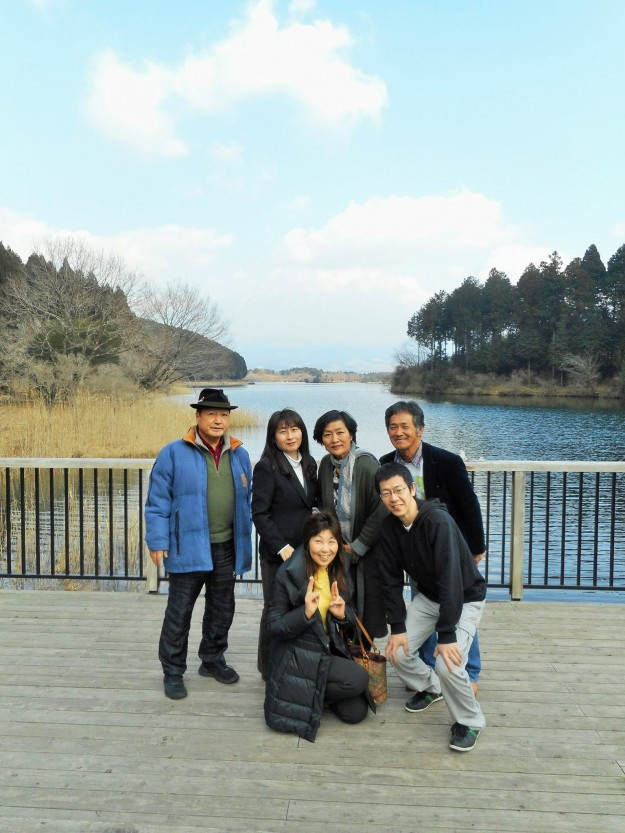 田貫湖のほとりで記念撮影。正面には富士山が~みえる?