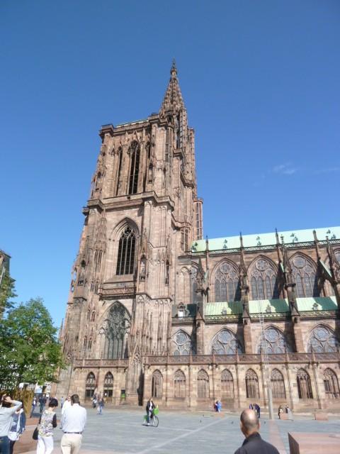 ストラスブールの大聖堂。広間にそびえ立つ勇姿