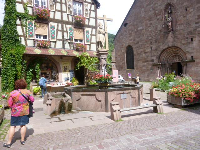 カイゼスベルグ。街の至る所にあるちょっとした広場の噴水。花が咲いていて、とってもかわいい。