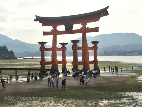 宮島 厳島神社 水がない大鳥居。みんな足元ウォーキング