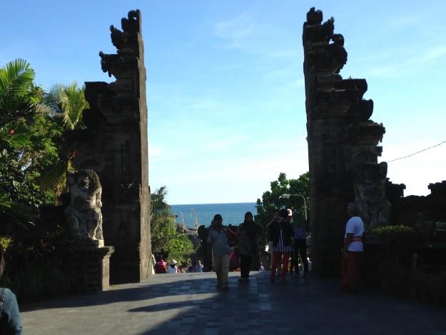 バリ島の夕日はここで見る! タナロット寺院