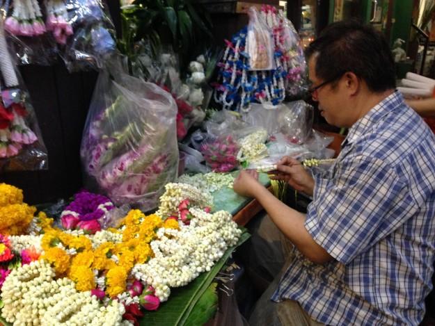 タイの街角では花を編んでいるおじさんが。