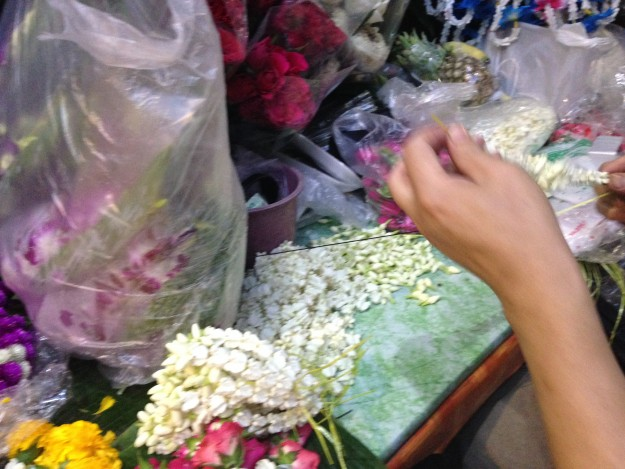 バンコクの大都会、スクンビット通りガード下の花やさん!