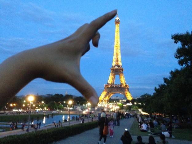 私の手の中のエッフェル塔。