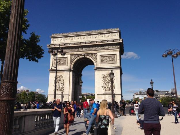凱旋門の上に登ってエッフェル塔をみよう