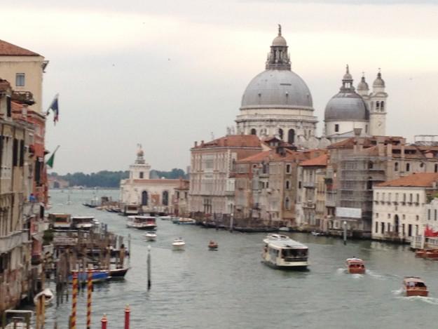 イタリア、ベニス。向こうに見えるのは、サンタ・マリア・デッラ・サルーテ教会。