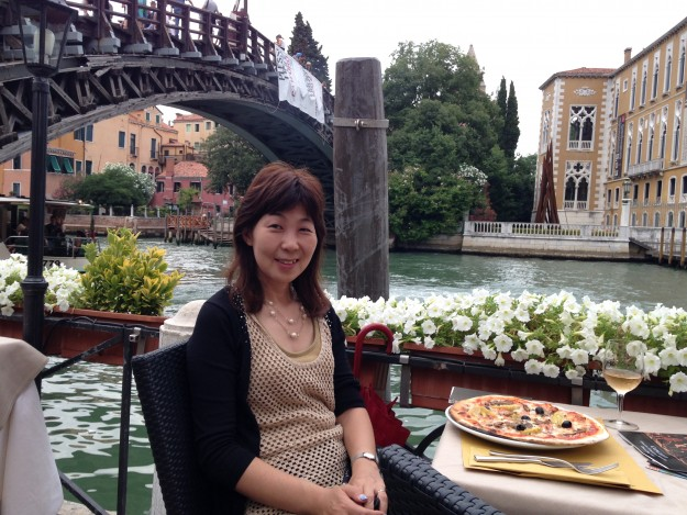 イタリア、水の都、ベニス。運河にてピッツアをいただきます。