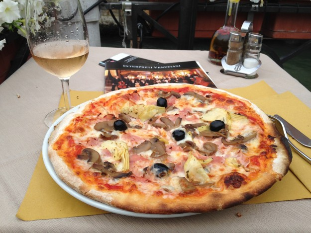 イタリア、ベニス。四季という名のPizza。ベニスはスパークリングワインが美味しいと聞いたけど、このロゼのスパークリングワインが絶品でした。
