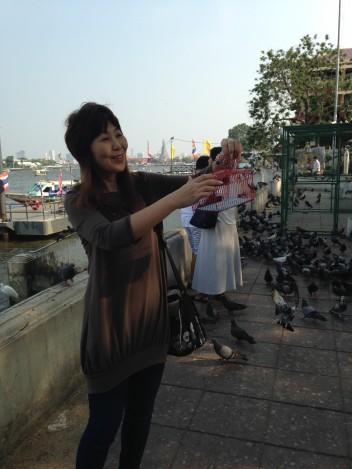 鳥かごから鳥を放つタムブン
