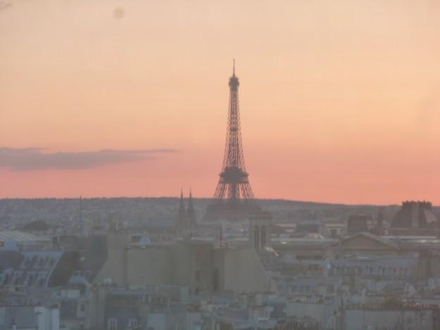 黄昏のエッフェル塔。ここからはだいぶ遠い。美しいパリの街のずっと奥に見える。
