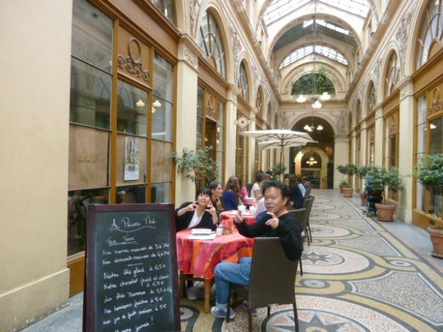散歩に疲れたら、ティータイム。サロン・ド・テ、というだけでお洒落感満載!パリのパサージュで。
