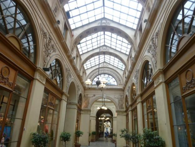 ガラス屋根の現状、パリのショッピングアーケード、パサージュ。