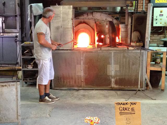 ムラーノ島のガラス職人。炉のなかから焼けたガラスを取り出して加工するところを見せてくれます。
