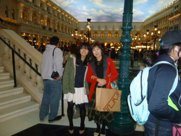 ラスベガス。でもベニスのサンマルコ広場でお買い物しているみたい。
