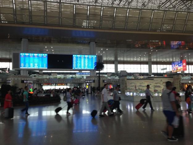 中国南京駅。空港ターミナルみたいに広くてきれい