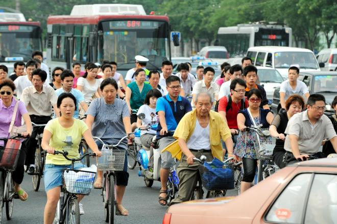 自転車の人々の通勤風景。この景色、最近みられなくなりました。