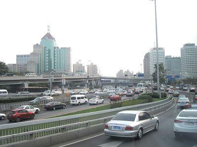 新しい車がいっぱいの中国の高速道路