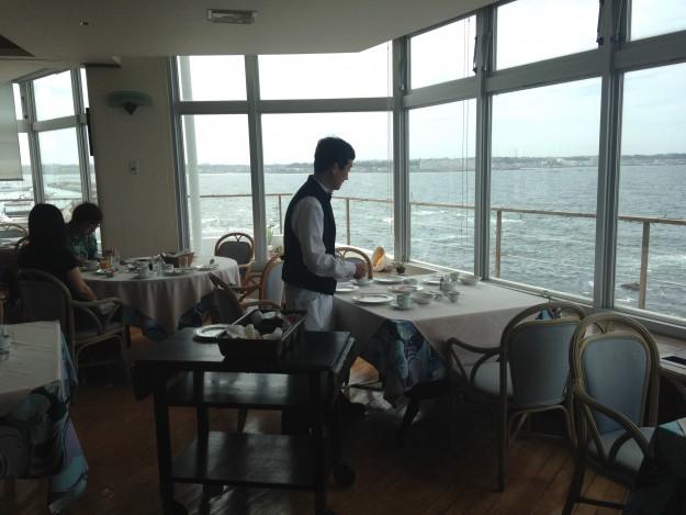 佐島マリーナホテルの朝ご飯はここで。テラスと海が美しい。