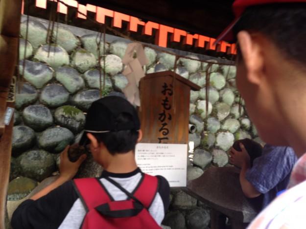 京都 伏見稲荷大社のおもかる石。