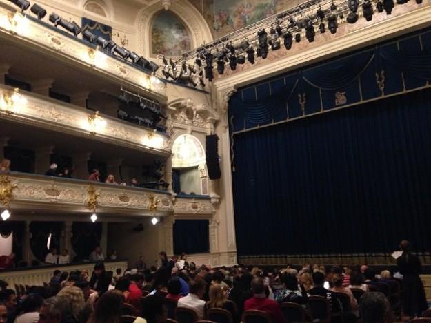 ボリショイバレエシアターの内部 3階席まで。照明もすごいでしょ。