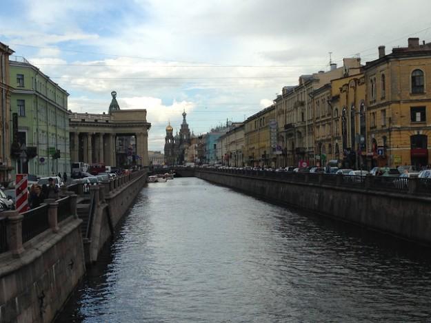 サンクトペテルブルグを流れる運河。ずっとむこうにソフトクリーム型の教会の屋根がみえる。
