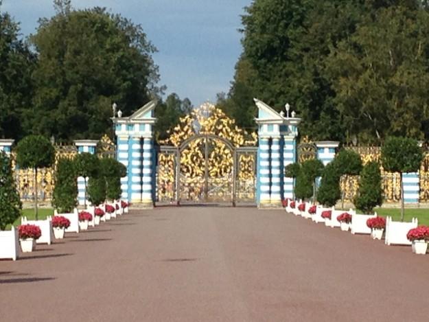 薄いブルーはエカテリーナの愛した色。宮殿はこの色で統一