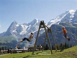 スイスアルプスをバックに夢のブランコ
