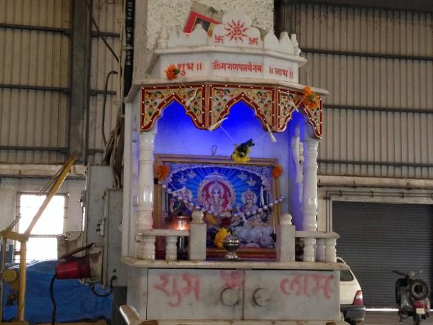 工場の中にも祭壇にはガネーシャが祭られている。