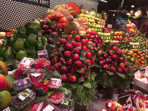 サン・ジュゼップ市場。くだものさんは彩りがきれいでおいしそう!