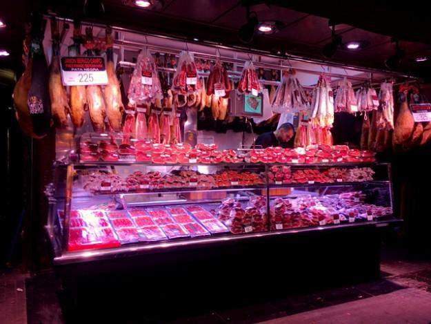バルセロナの台所。おいしそうな燻製やサラミ、思わず買って帰りたい。
