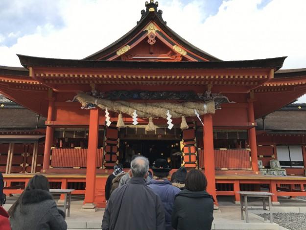 さあ、今年の開運をお参りしよう。富士山本宮浅間大社の境内。
