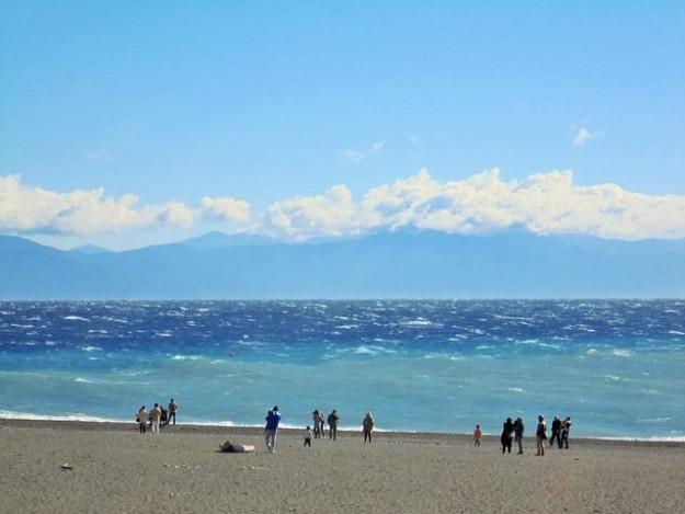 三保の松原の海岸。青のコントラストがとても美しい。