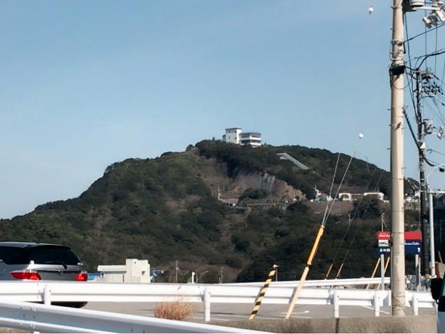 あの山一体が美術館なのです。入り口は下の方にあります。