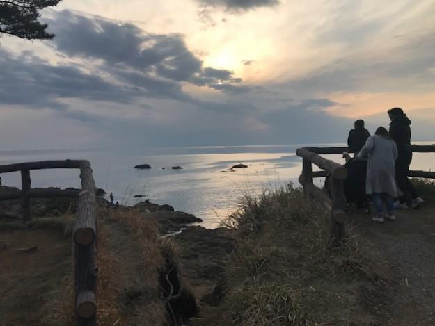 夕刻に海を眺めて物思いにふけって一日が終わる