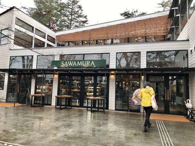 沢村ベーカリー。開店をまって、到着。同じようなお客様がいました。
