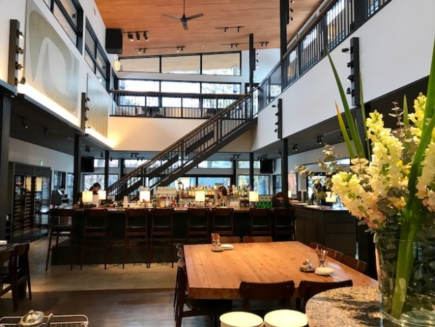 天井の高いおしゃれな空間。沢村ベーカリー