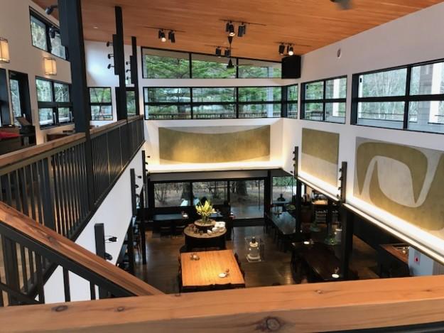 旧軽井沢。2階のイートイン。買ったパンをここで食べることができる。緑がきれいに映える