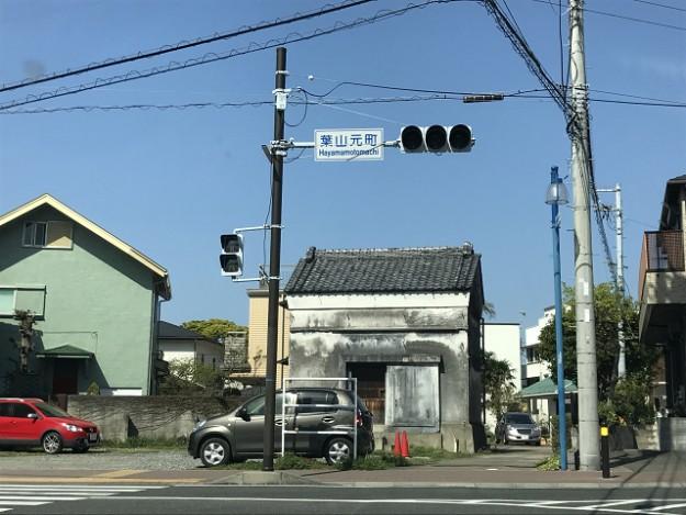 葉山元町交差点。正面の蔵は、改装してベーグル屋さんだったんだけれど、今はもう違うお店に。