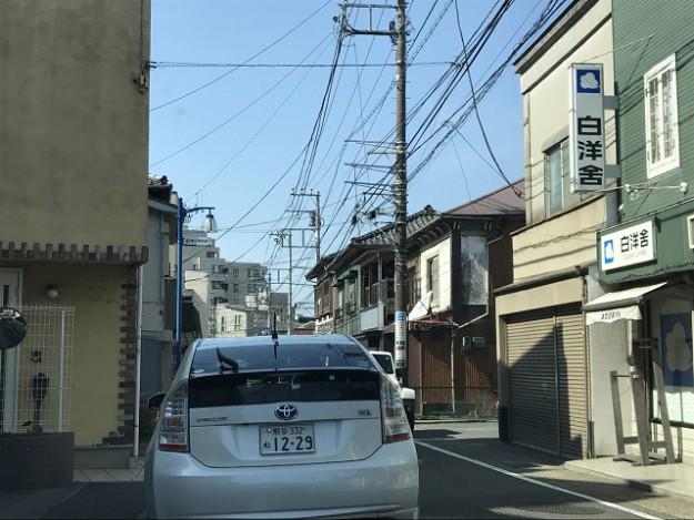 交差点から、森戸神社方面に車は走る。このまままっすぐ進むと葉山の御用邸方面へ。