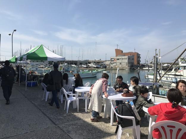 葉山港の朝市。日曜の朝、ここで朝食も食べられる。